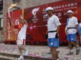 图文-奥运圣火在四川广安传递 警花蒋敏跑出首棒