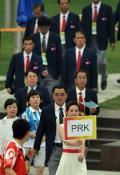 图文-朝鲜代表团举行升旗仪式 引导员引导团员入场