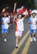 图文-奥运圣火在乐山传递 王婷挥手致意