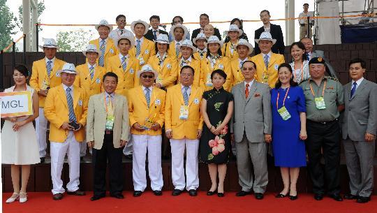 图文-蒙古国代表团举行升旗仪式 与值班村长合影