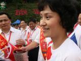 图文-奥运圣火在乐山传递 高敏激动不已接受采访