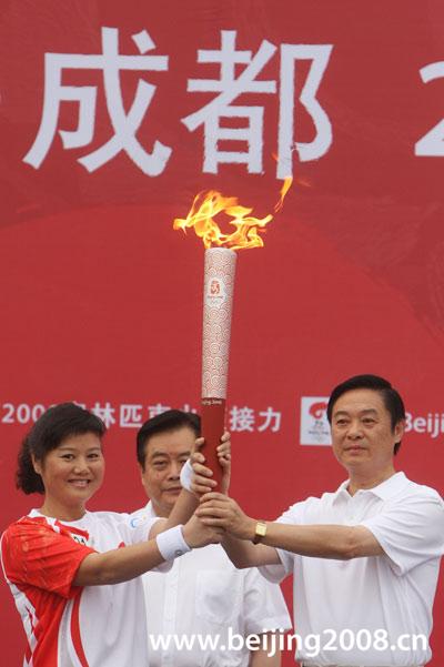 图文-奥运圣火在四川成都传递 张山接过首棒火炬