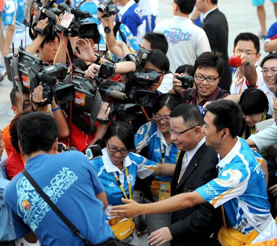 图文-中华台北奥运代表团升旗仪式 媒体围住蔡赐爵