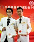 图文-香港奥运健儿返港受到热烈欢迎 展示表扬状
