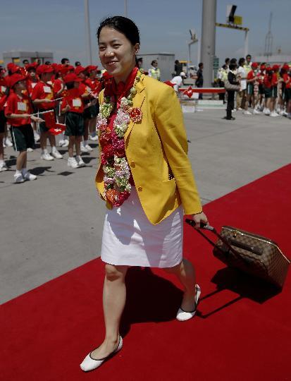 图文-国家奥运金牌运动员代表团抵港 王楠走下飞机