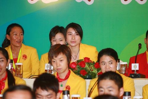 图文-中国奥运金牌运动员记者会 郭晶晶笑面如靥