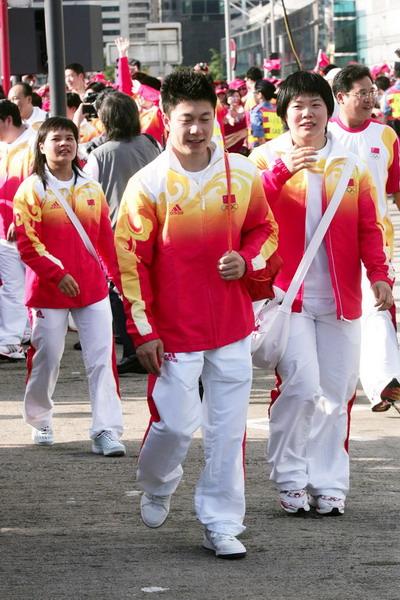 图文-金牌代表团在香港参加升旗礼 小鹏走在前面