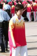 图文-金牌代表团在香港参加升旗礼 张怡宁落单了