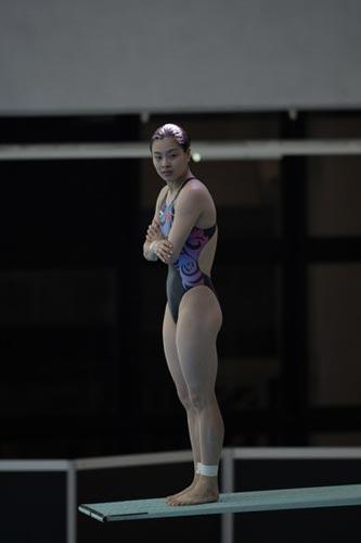 图文-国家跳水队赴香港访问表演 吴敏霞有点冷