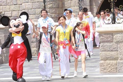 图文-奥运冠军游香港迪斯尼乐园 何雯娜领着小妹妹