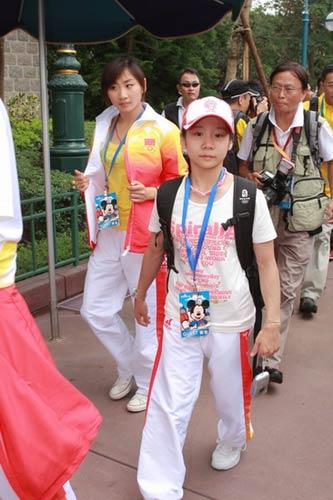 图文-奥运冠军游香港迪斯尼乐园何雯娜若有所思
