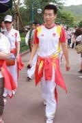图文-奥运冠军游香港迪斯尼乐园 庞伟英气勃勃