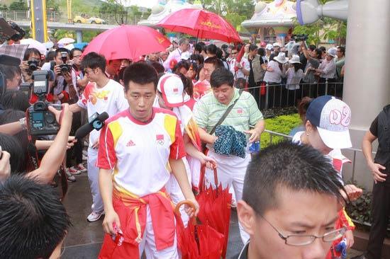 图文-奥运冠军游香港迪斯尼乐园 庞伟头前带路