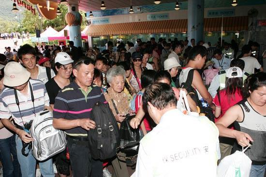 图文-奥运冠军游香港海洋公园 游客也来看冠军