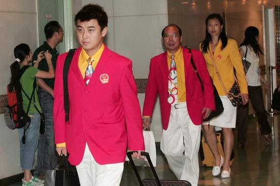 图文-内地奥运冠军代表团抵达澳门 王皓表情坚毅