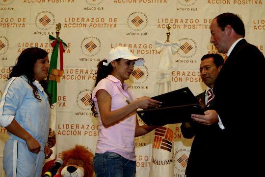 图文-墨西哥跳水选手被授予杰出奖 接过证书
