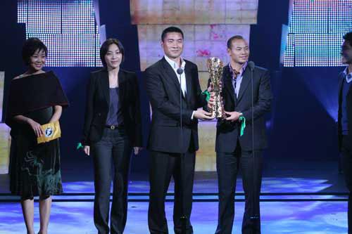 图文-新浪杜红亮相劳伦斯颁奖礼一同展示奖杯