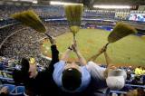 图文-2008路透年度精彩图片球迷挥舞扫帚庆祝胜利