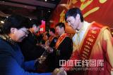 图文-仲满获得十大杰出青年称号接受奖品瞬间