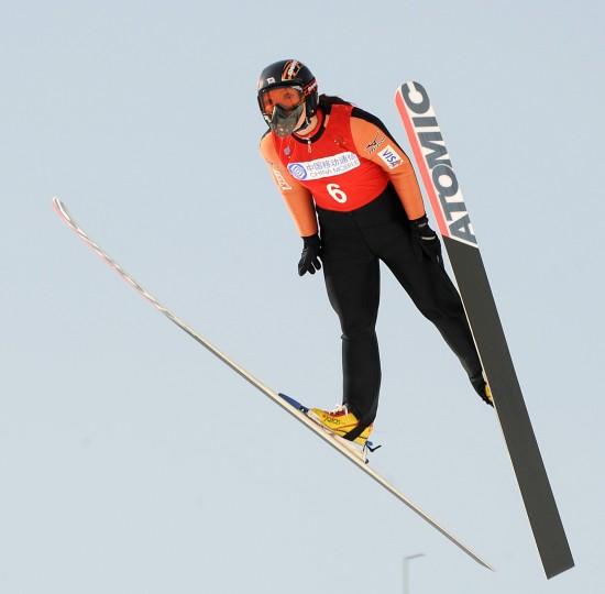 图文-日本队选手女子K90米个人赛夺冠姿态标准