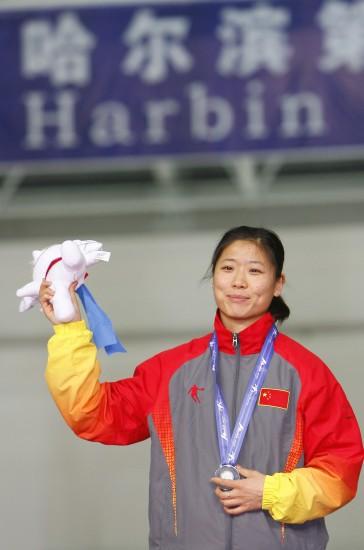 图文-大冬会速滑女子3千米董飞飞摘银挥手致意