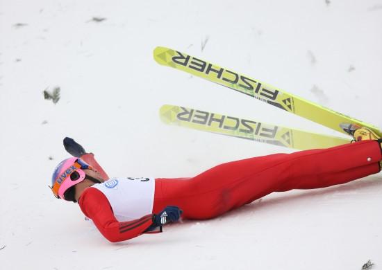 图文-跳台滑雪男子K90米个人赛王建勋扶住腰部