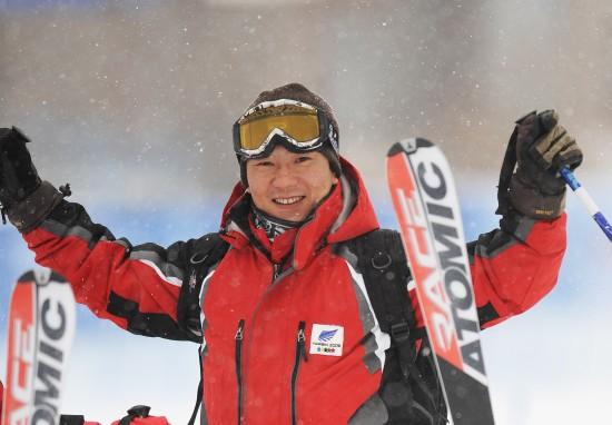 图文-大冬会滑雪赛场意外花絮裁判露出开心笑容