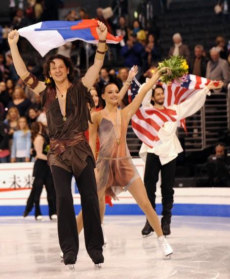 图文-俄罗斯组合夺得冰舞冠军帅哥美女向观众致意