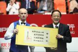 图文-斯诺克中国公开赛颁奖典礼艾伯顿为何抿着嘴