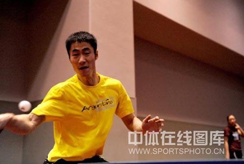 图文-王励勤与许昕备战世乒赛 黄色球衣求好彩