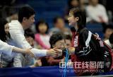 图文-世乒赛女双第三轮福原爱获胜与球迷握手