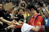 图文-世乒赛男单半决赛激战球迷见证王励勤人气