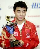 图文-[世乒赛]王皓夺男单冠军手捧最佳运动员奖杯