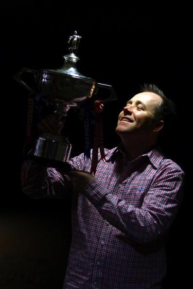 图文-希金斯一家展示冠军奖杯他是世锦赛3冠第4人