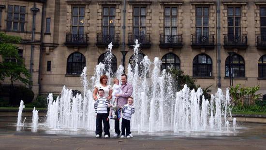 图文-希金斯一家展示冠军奖杯希金斯与家人在一起