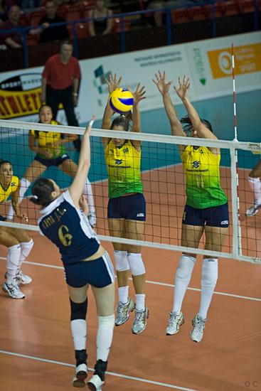 图文-瑞士精英赛中国女排0-3巴西楚金玲强攻被拦
