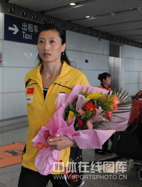 图文-中国羽毛球队载誉返京张宁已是教练