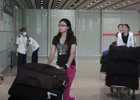 图文-中国女排结束总决赛征程返京队长表情不轻松