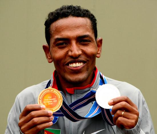 图文-半程马拉松世锦赛名将塔德塞展示一金一银