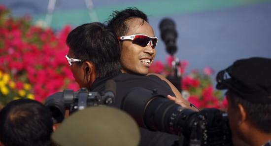 图文-全运会男子铁人三项姜智航夺冠拥抱庆祝