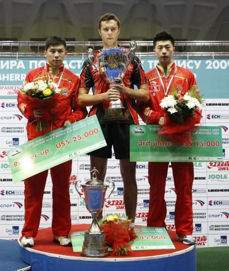 图文-萨姆索诺夫获男子世界杯冠军冠亚季军合影