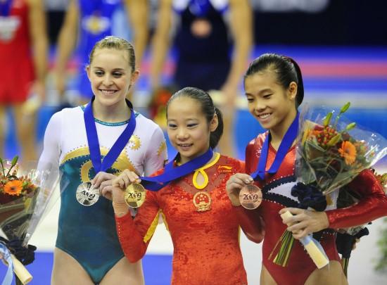 图文-体操世锦赛邓琳琳平衡木摘金前三名展示收获