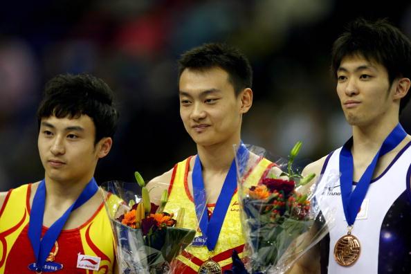 图文-世锦赛王冠寅获双杠冠军前三名领奖台合影
