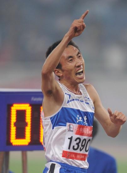 图文-林向前男子5000米夺冠冲过终点庆祝