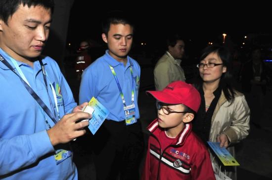 图文-第十一届全运会举行闭幕式工作人员检票