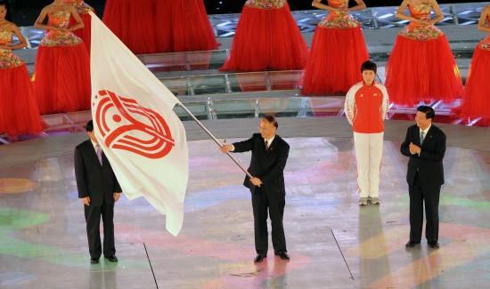 图文-第十一届全国运动会落下帷幕刘鹏挥舞会旗