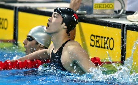图文-中国队夺男子自由泳接力冠军何建彬等待成绩