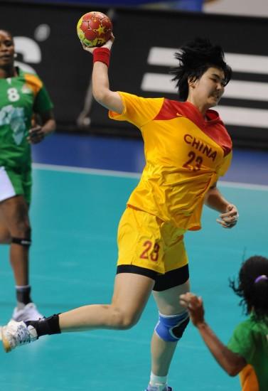 图文-女子手球世锦赛中国队胜科特迪瓦沙正文攻击