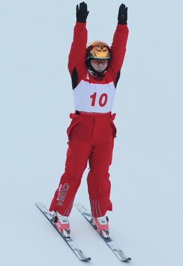 图文-自由式滑雪世界杯空中技巧郭心心落地瞬间