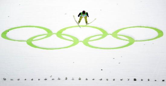 2月13日,瑞士选手西蒙-阿曼在比赛中。当日,在加拿大惠斯勒进行的冬奥会男子跳台滑雪比赛中,西蒙-阿曼两跳拿到276.5分,获得跳台滑雪标准台K90男子个人比赛金牌,这也是本届冬奥会的首枚金牌。 新华社记者徐家军摄
